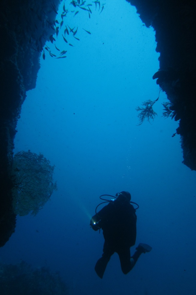 diver-western-rocky-crayfish-cave